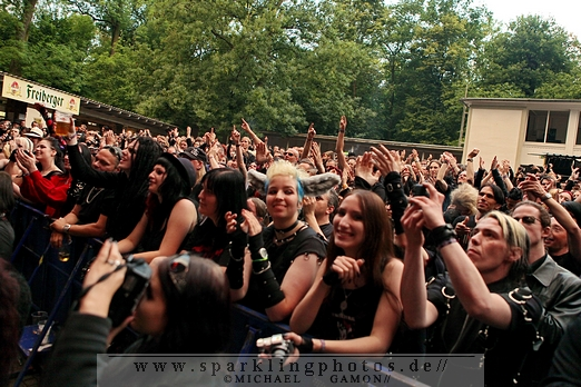 2011-06-11_WGT_-_Girls_Under_Glass_-_Bild_001x.jpg