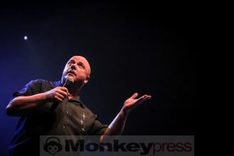 VNV Nation Fronter Ronan Harris hat sein Publikum im Griff