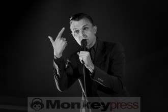 Theo Hutchcraft, die charismatische Stimme von Hurts